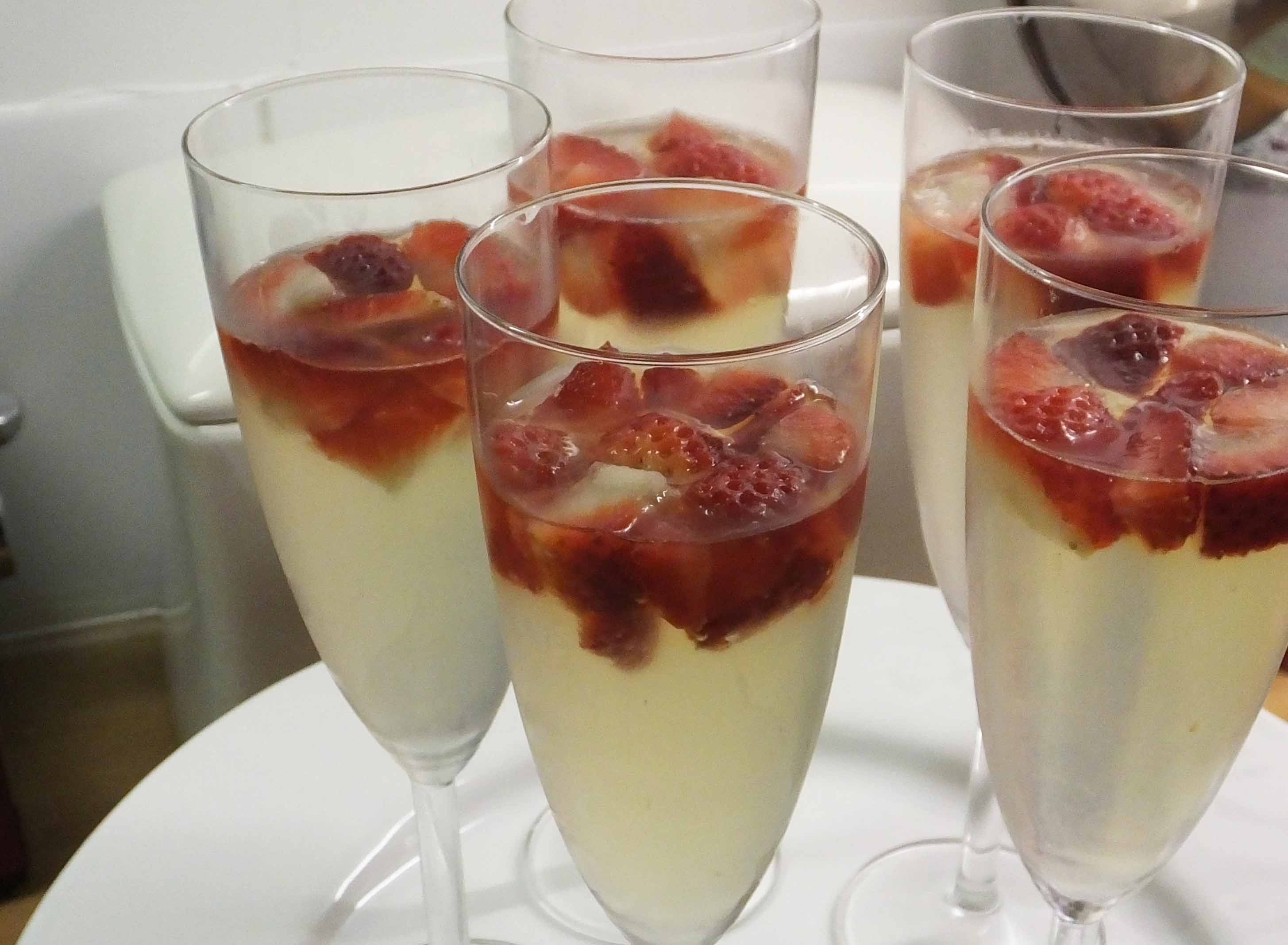 Champagne jelly with strawberries - Pikalily Food Blog