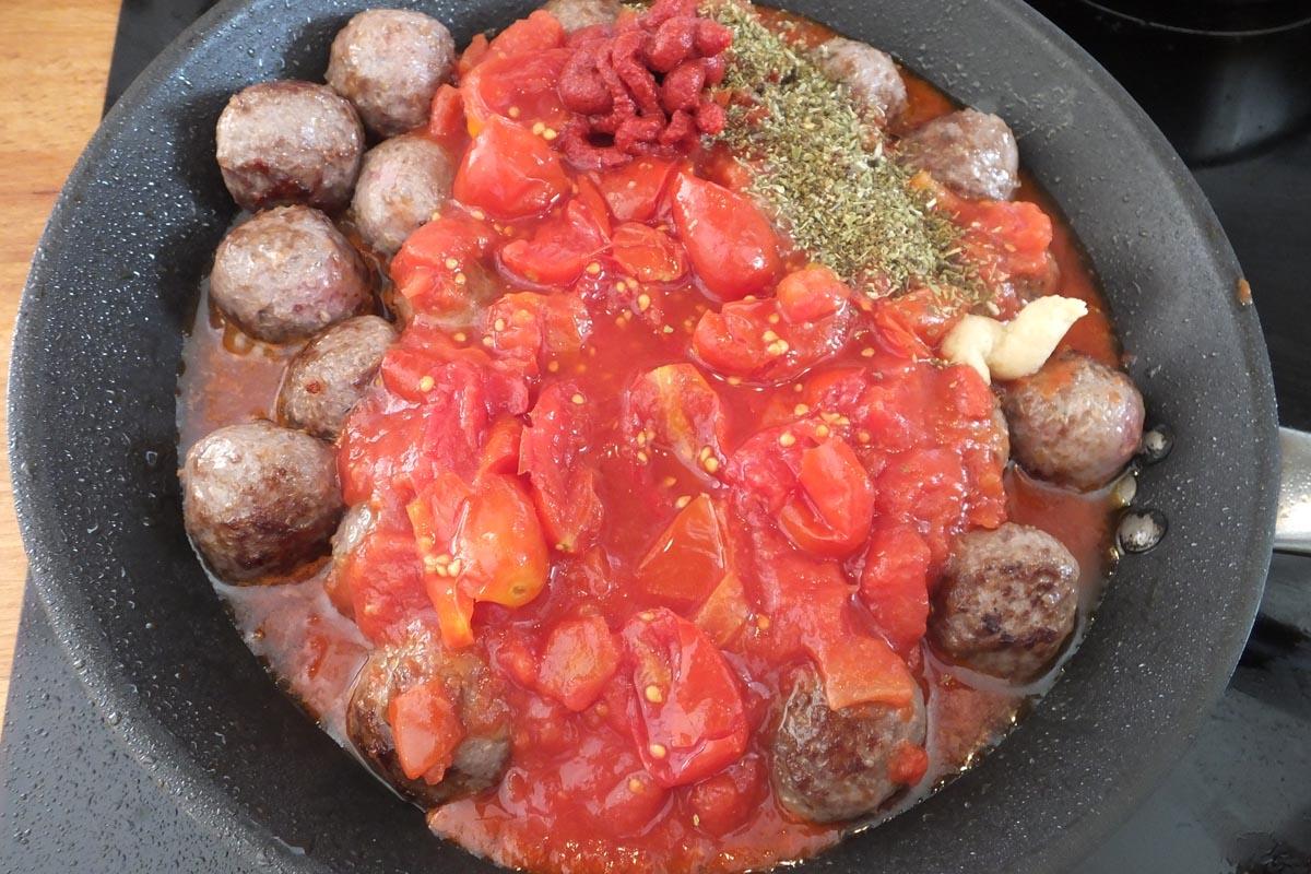 Meatballs tomato sauce - Pikalily food blog