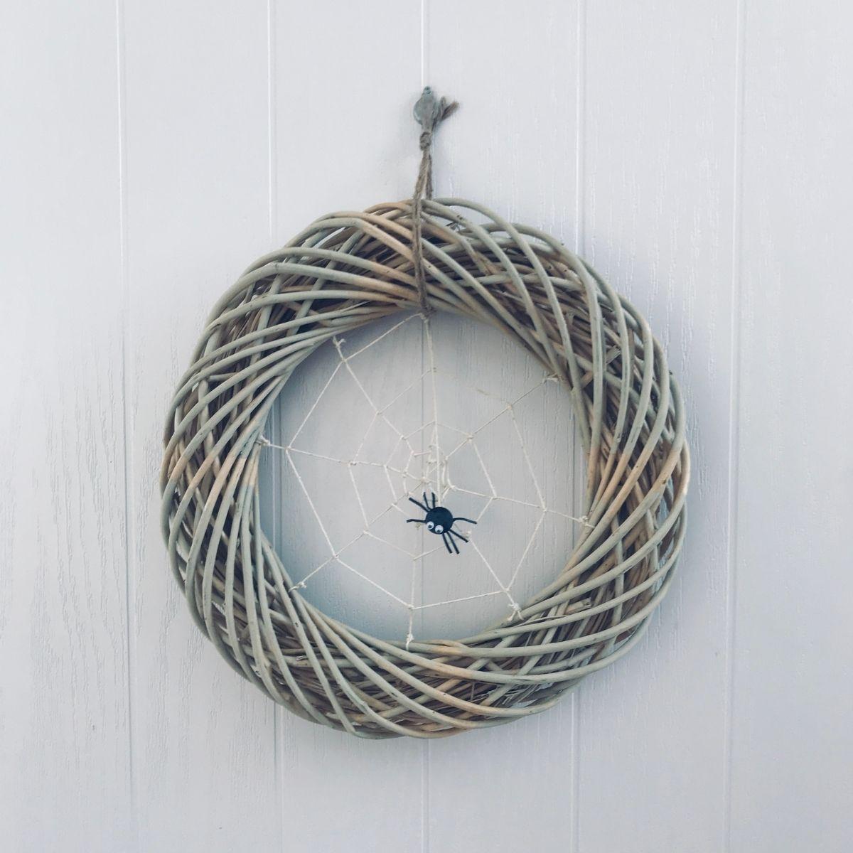 Halloween Craft Ideas - Spider Web Wreath Ideas - Pikalily Blog